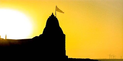 ध्वजा तो मंदिर में लहराती है सदा